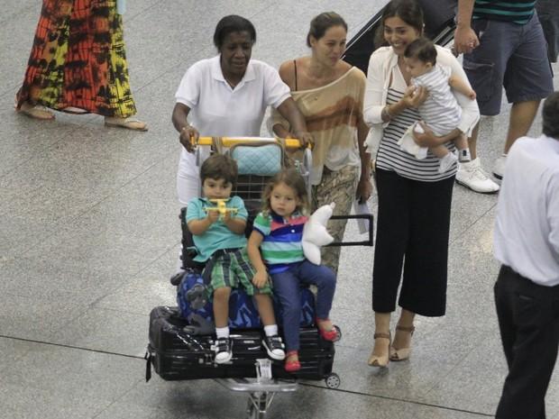 Juliana Paes com os filhos Pedro e Antonio em aeroporto no Rio (Foto: Delson Silva e Dilson Silva/ Ag. News)