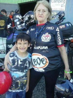 Mara e um dos netos em um encontro de motociclistas em Guarapuava (Foto: Mara dos Santos/Arquivo pessoal)