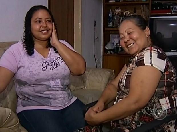 Com a ajuda da filha, aposentada conseguiu melhorar da doença (Foto: Reprodução/ TV TEM)