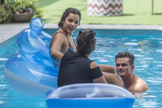 Elettra conversa com Emilly e Marcos na piscina (Foto: Artur Meninea)