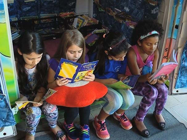 Kombilena teve bancos e suportes para livros forrados com tecidos para dar um ar descontraído (Foto: Globo)