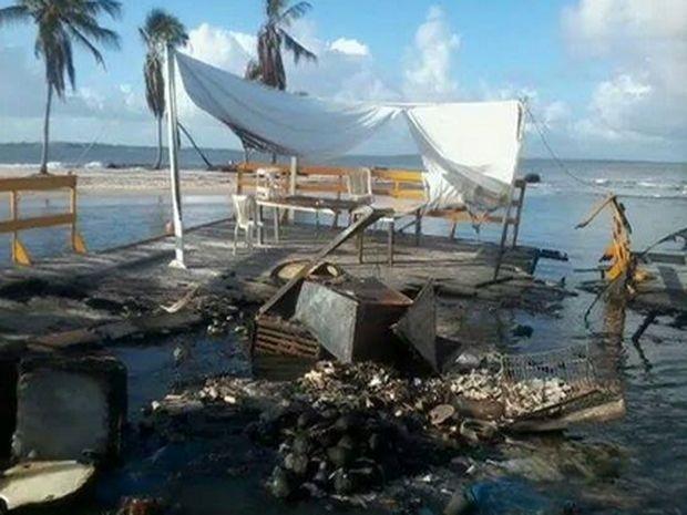 Bar ficou totalmente destruído (Foto: Pìsca Jr)