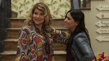 Ana e Carol estranham a atitude de Elisa