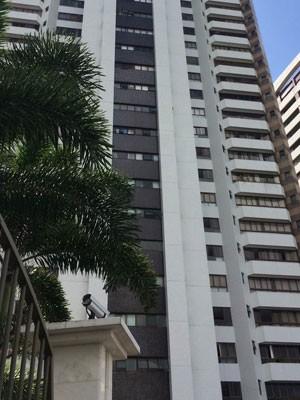 Mandado é cumprido em apartamento de luxo em Salvador (Foto: Andreia Silva/ TV Bahia)