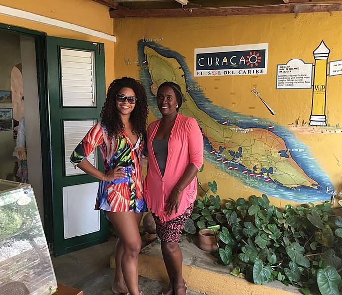 Juliana Alves com a dona de um dos melhores restaurantes de comida típica da região (Foto: Arquivo pessoal)