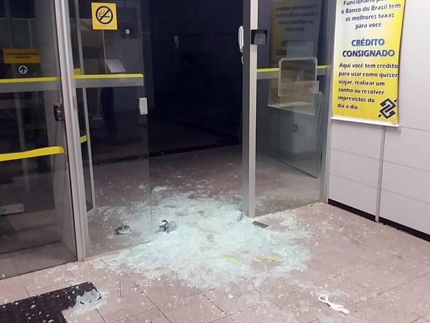 Porta da agência em Botelhos ficou destruída após ação dos criminosos (Foto: Polícia Militar)