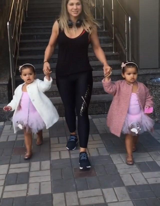 Dani Souza com as filhas (Foto: Reprodução)