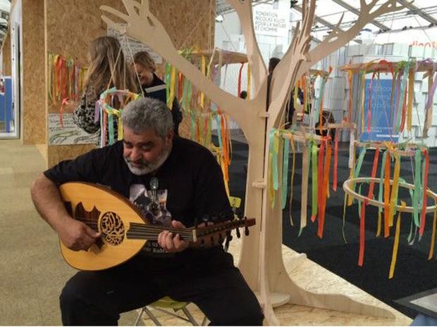 Ativista do Bahrein compôs música para protestar contra poluição (Foto: BBC)