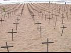 Ato com cruzes em praia do Recife alerta para assassinatos no estado