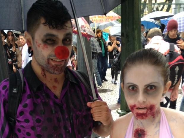 Fantasias originais apareceram na Zombie Walk (Foto: Thais Kaniak/G1)