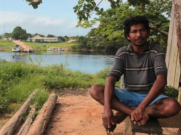 O pescador Raimundo Correia de Assunção afirma que não quer sair da comunidade de São Sebastião (Foto: Taísa Arruda/G1)