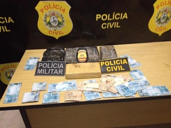 5,3 kg de cocaína e mais de R$ 21 mil em dinheiro foram apreendidos pela polícia. (Foto: Divulgação / Polícia Civil)