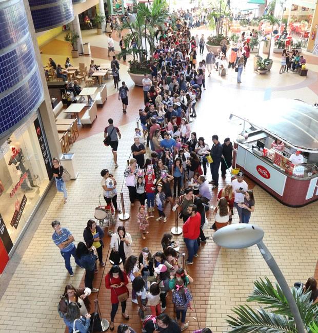 Fila de fãs para autógrafo de Larissa Manoela (Foto: Roberto Filho/Brazil News)