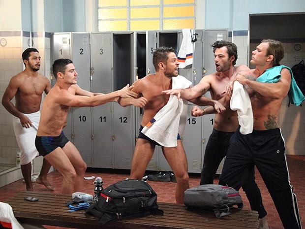 Murilo provoca César e os nadadores brigam (Foto: Carol Caminha/Gshow)