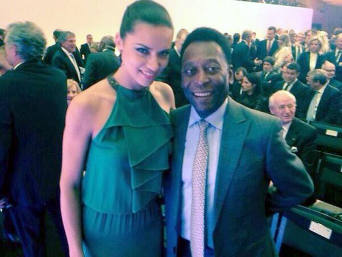 Adriana Lima com Pelé prêmio Bola de Ouro (Foto: Reprodução / Twitter)