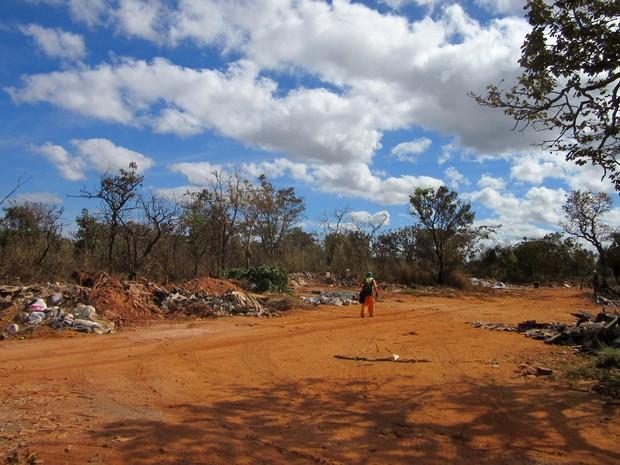 Gari recolhe material reciclável em lixão irregular de Brasília (Foto: Alexandre Bastos/G1)