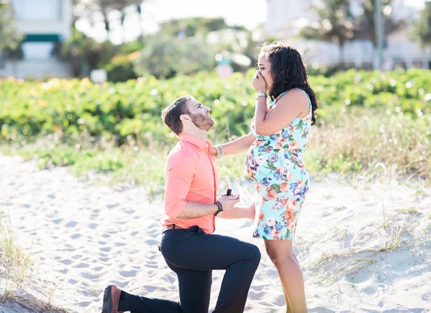 Lorenza foi surpreendida com pedido de casamento durante ensaio gestante (Foto: Reprodução/ Facebook)