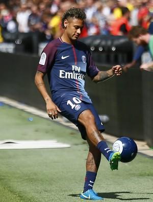 Neymar chuta a bola para a torcida do Paris Saint-Germain na apresentação no Parc des Princes (Foto: AP Photo/Francois Mori)