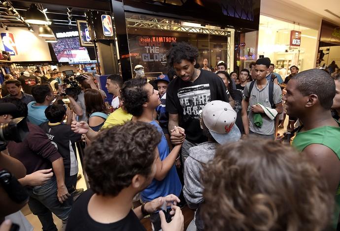Lucas Bebê Nogueira, do Toronto Raptors, em sessão de autógrafos no Rio (Foto: Alexandre Loureiro/Inovafoto)
