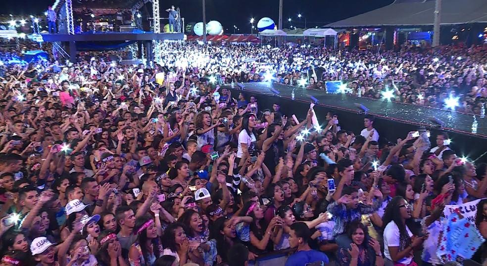 Luan Santana levou milhares de fãs ao São João de Petrolina na noite de sexta-feira (Foto: Reprodução TV Grande Rio)