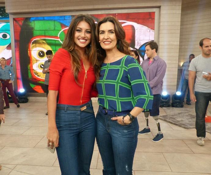 A atriz Anaju Dorigon com a Fátima nos bastidores  (Foto: Carolina Morgado/Gshow)