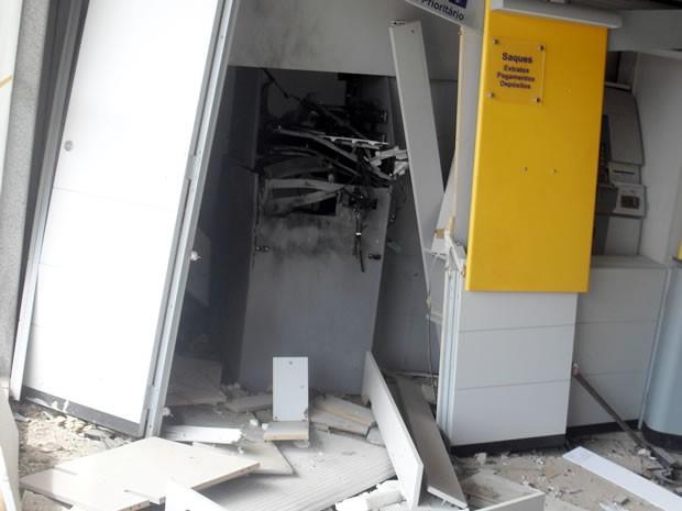 Criminosos estavam fortemente armados e conseguiram levar dinheiro de um dos terminais (Foto: Tássio Oliveira do Nascimento)