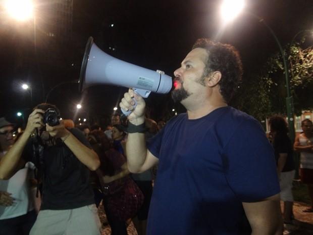 Com megafone em punho, Alberto Silva falou em nome dos artistas. (Foto: Gil Sóter/G1)