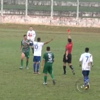 Dois jogadores do Tanabi foram expulsos no primeiro tempo e, depois, três acusaram lesões e saíram de campo (Foto: Reprodução/TV TEM)