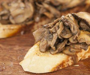 Pão de alho com cogumelos na chapa