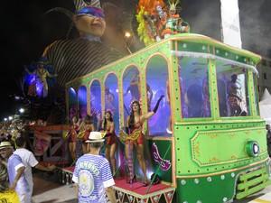 Bonde com luzes internas chamou a atenção no desfile da Unidos dos Morros (Foto: Orion Pires/G1)