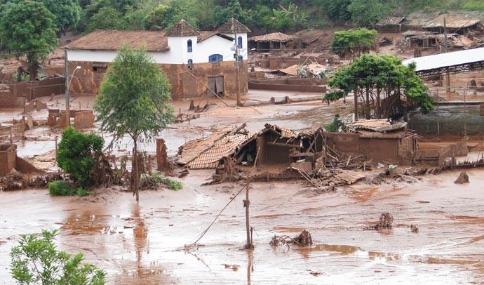 7/11 - Distrito de Paracatu foi tomado por lama. Marca em Igreja mostra que ela quase foi totalmente coberta (Foto: Raquel Freitas/G1)