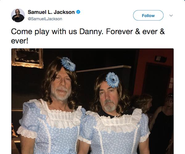 O ator Samuel L. Jackson brincanco com a foto de Bruce Willis vestido como uma das gêmeas de O Iluminado (1980) (Foto: Twitter)