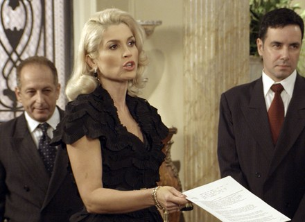 Sandra expulsa Anastácia e Candinho de casa!