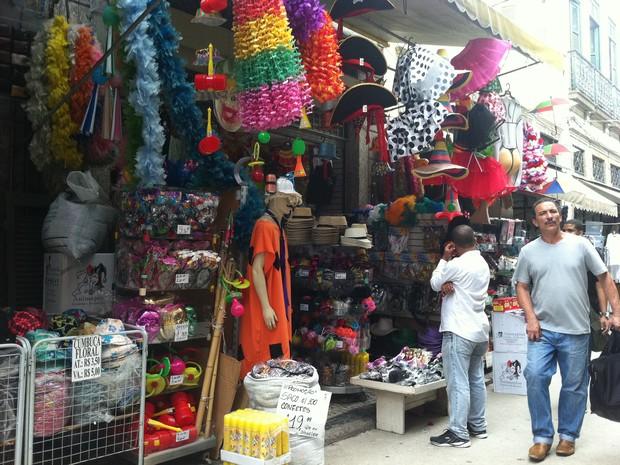 0ef08c6e8 G1 - Foliões se preparam para o carnaval do Rio comprando fantasias ...