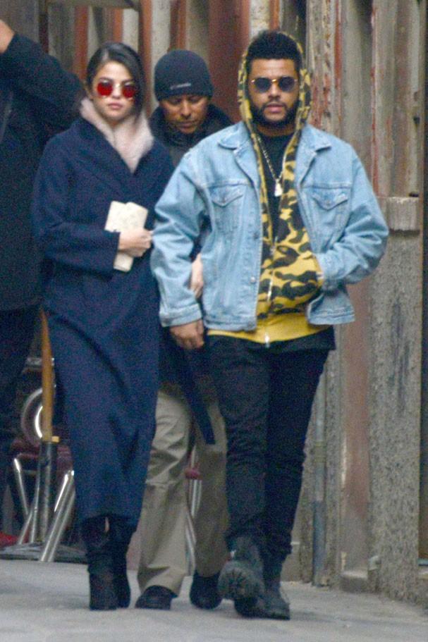 Selena Gomez e The Weeknd viajaram juntos pra Itália no fim do mês passado (Foto: AKM-GSI)