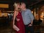 Ana Hickmann ganha beijo do marido durante jantar de aniversário em SP