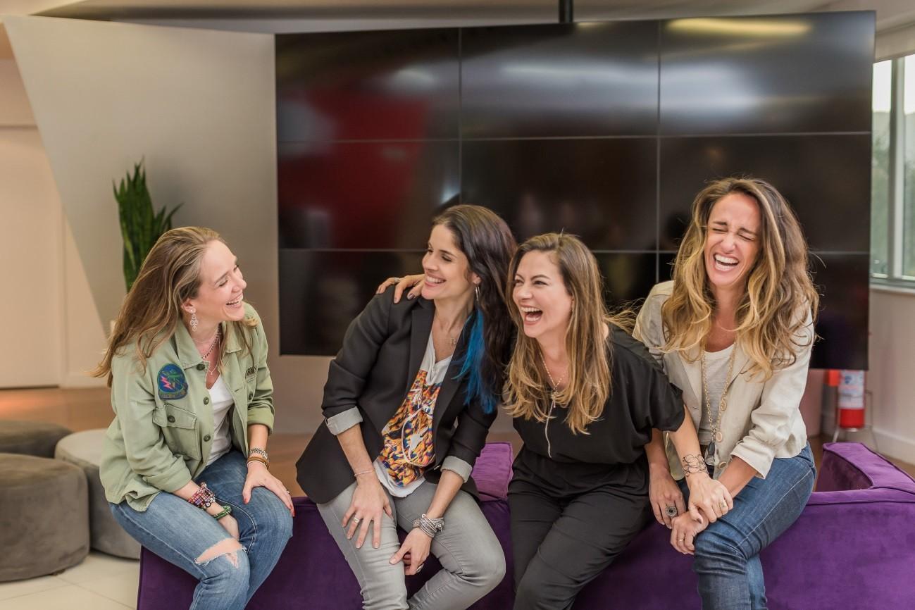 O quarteto de executivas se diverte e cai na gargalhada na sessão de fotos para a matéria  (Foto: Marco Sobral/G.LAB )