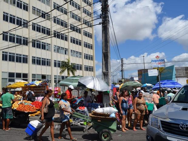 Ambulantes do Centro dividem opinião sobre mudança no ponto de trabalho (Foto: Marina Fontenele/G1)