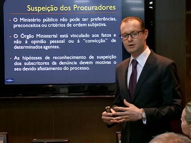 Cristiano Zanin Martins, advogado de Lula e Marisa, em entrevista à imprensa nesta segunda-feira em seu escritório em São Paulo (Foto: GloboNews/Reprodução)