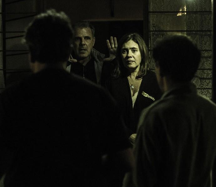 O diretor Marcus Figueiredo dá o tom da cena aos atores (Foto: Ellen Soares/Gshow)