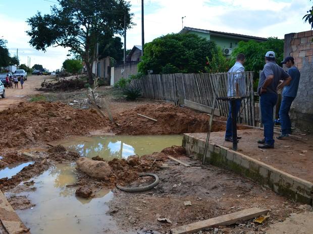 Vala onde menino pulou e morreu afogado em Ji-Paraná, RO (Foto: Mônica Santos/G1)