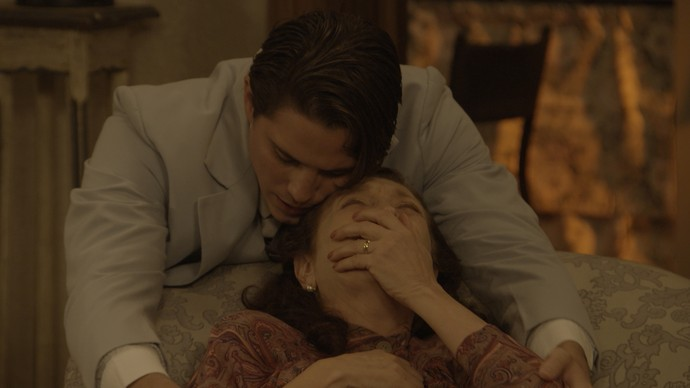 Ana tem 'piripaque' ao descobrir que o marido está apaixonado por outra (Foto: TV Globo)