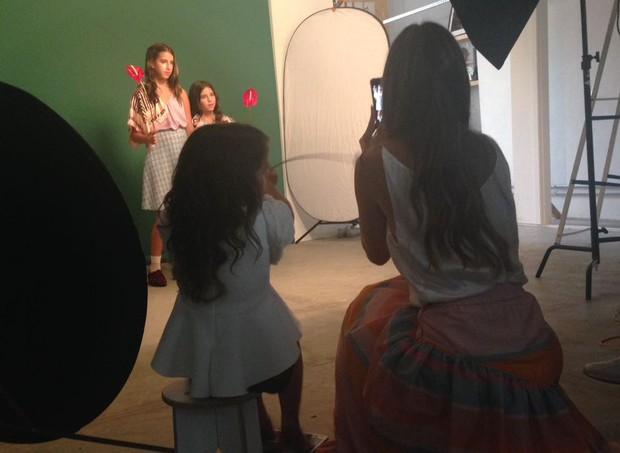 Vera Viel ao lado da caçula Helena, registrando o momento das fotos das filhas Clara e Maria (Foto: Ana Paula Pontes)