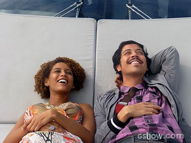 Nos intervalos das gravações, Taís Araújo e Arlindo Lopes relaxaram  (Foto: Geração Brasil / TV Globo)