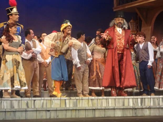 O farsante Dulcamara (Saulo Javan) e seu ajudante Moretto, interpretado por Carlos Vera Cruz (Foto: Ingo Müller/ G1)