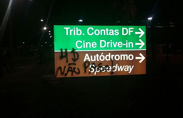 Placa pichada por manifestantes durante marcha contra reajuste de tarifas em Brasília (Foto: Michele Mendes/G1)