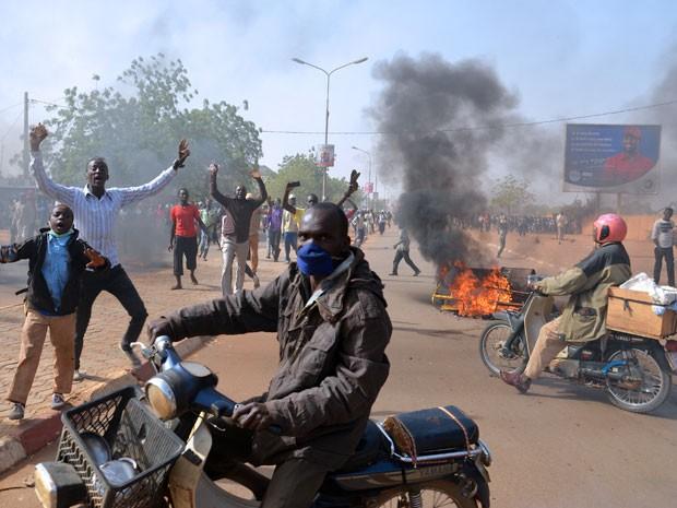 Manifestantes participam de protesto contra o 'Charlie Hebdo' na capital do Níger, Niamey, neste sábado (Foto: Boureima Hama/AFP)