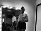 Bruna Marquezine usa look comportado, mas deixa pernas de fora