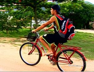 Jogador vai de bicicleta ao treino (Foto: TV Globo)