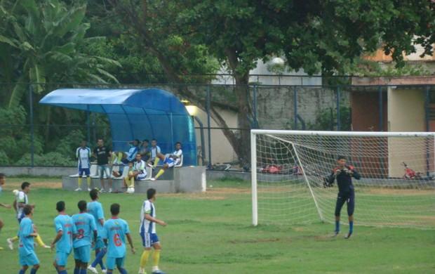 Bola passa perto da meta do goleiro Danilo (Foto: João Henrique Bezerra/GLOBOESPORTE.COM)